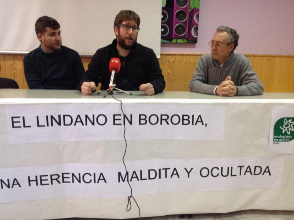 El eurodiputado de Podemos, Miguel Urbán (c), en rueda de prensa.