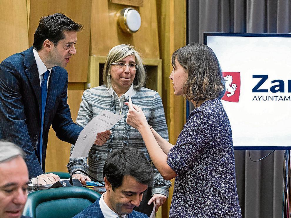 El concejal del PP Sebastián Contín dialoga con la edil de Movilidad, Teresa Artigas, de ZEC, en presencia de Mª Jesús Martínez.