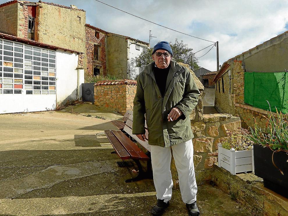 Ángel Comas, el único de los 13 votantes de Salcedillo que vive en el pueblo todo el año.