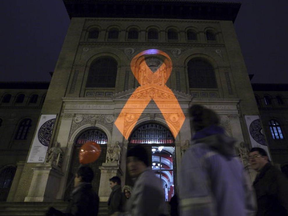 Imagen de archivo de la proyección de un lazo rojo en la fachada del edificio Paraninfo de Zaragoza, en conmemoración del Día Mundial del sida.