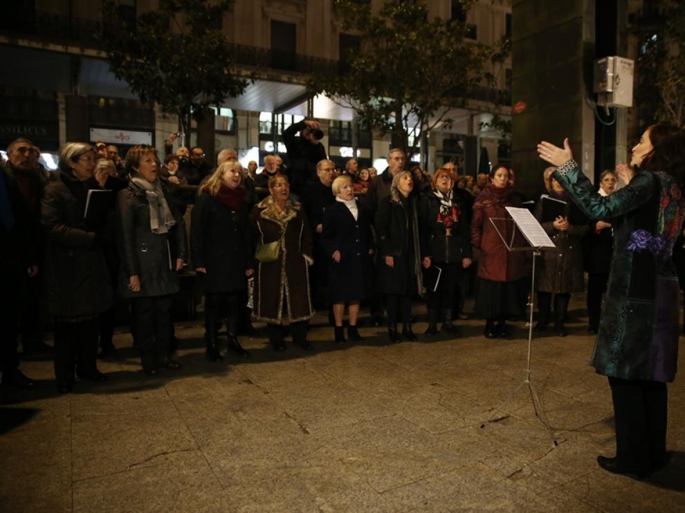 El coro cantó villancicos junto al belén en presencia del equipo del Ayuntamiento