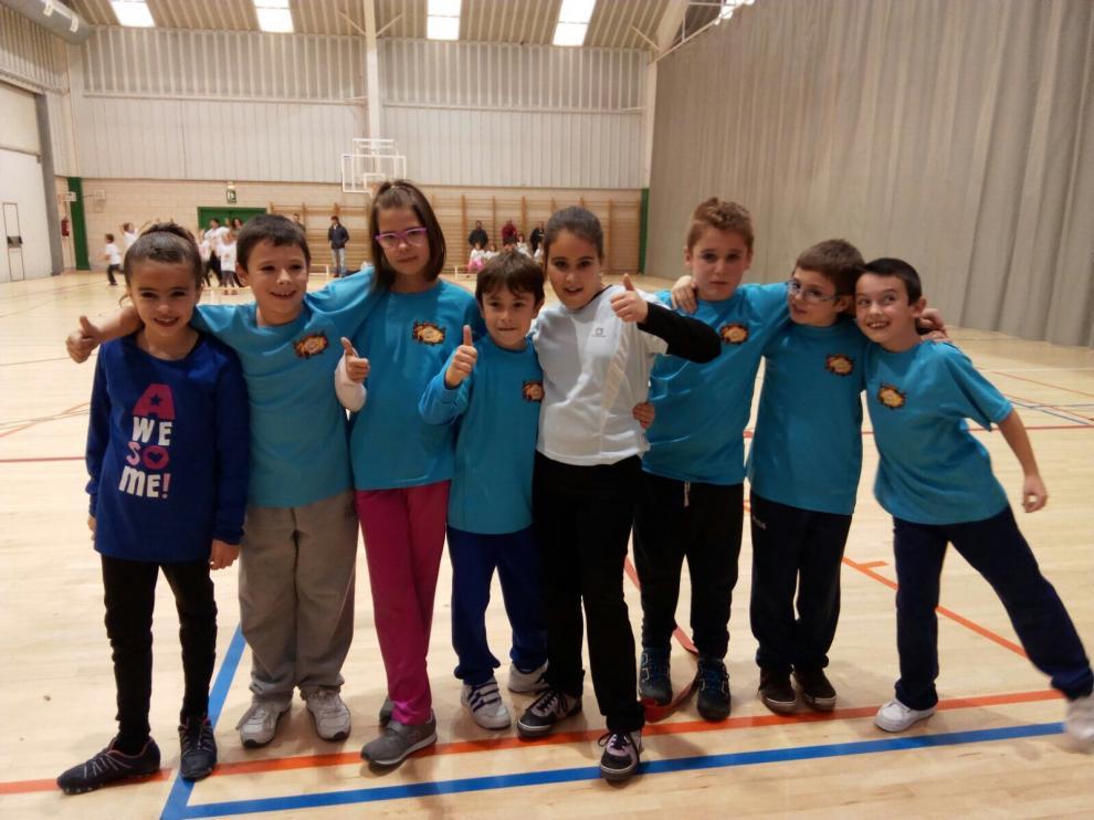 Varios niños posan en la primera jornada de la liga de 'datchball'
