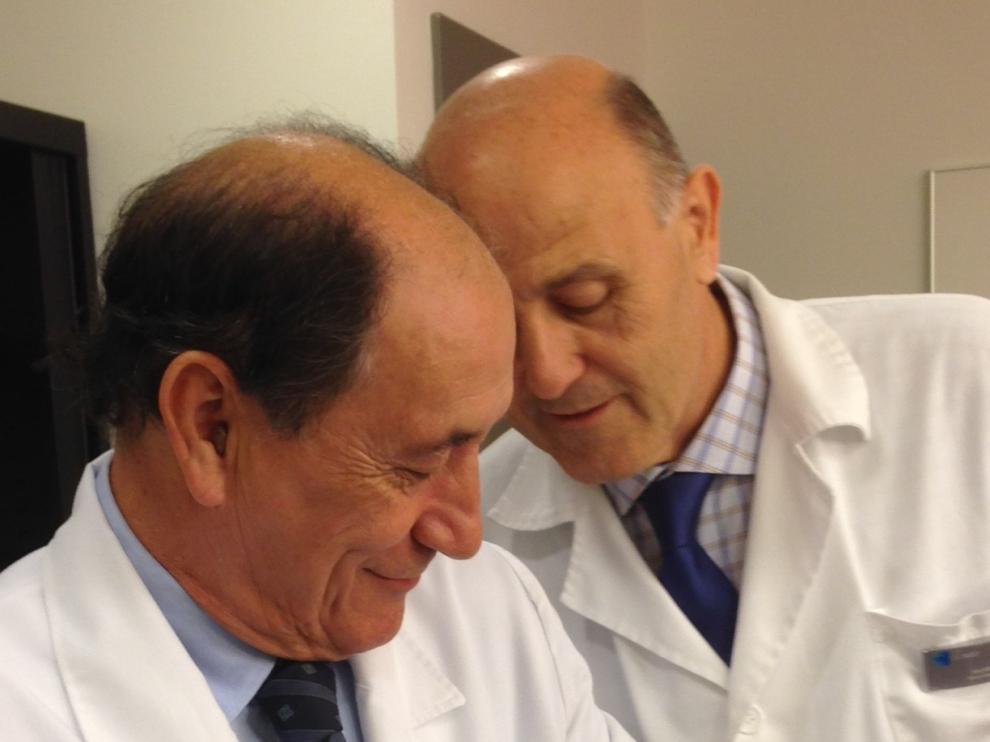 David, el primer niño nacido en Aragón libre de la mutación BRCA2, con el Dr. Duque y el Dr. Navarro, de la Clínica Gobest.