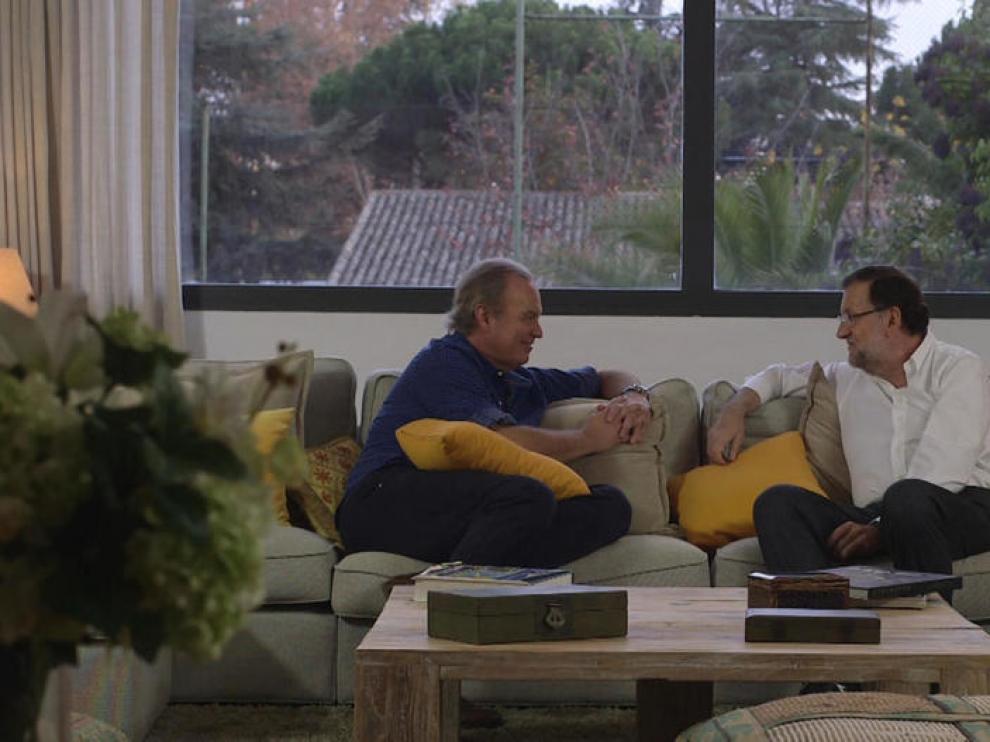 Bertín Osborne y Mariano Rajoy, en un momento del programa 'En la tuya o en la mía', de TVE. tve