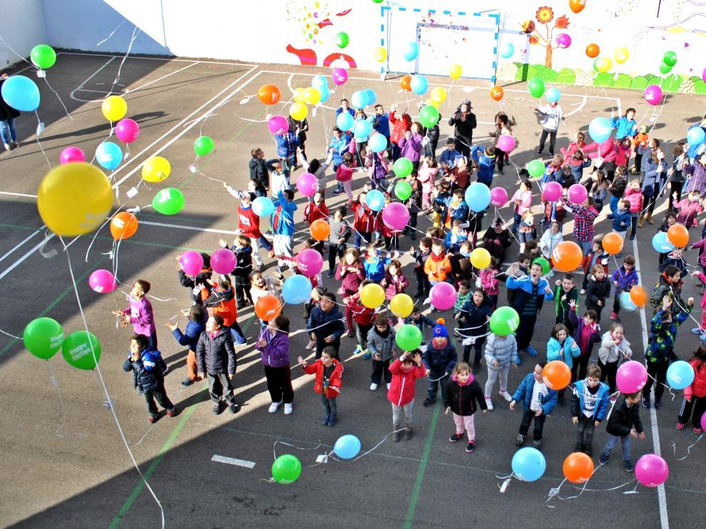 Suelta de globos solidaria en el colegio de Torres de Berrellén