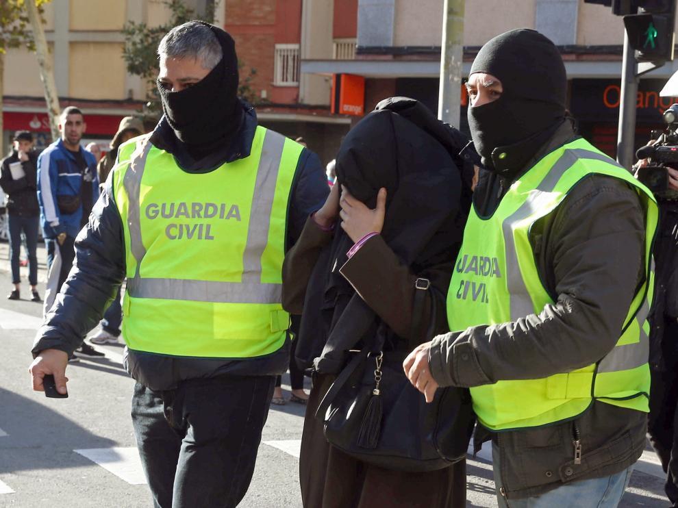 Dos detenidos en Barcelona por su vinculación con el aparato de reclutamiento y adoctrinamiento de la organización terrorista.
