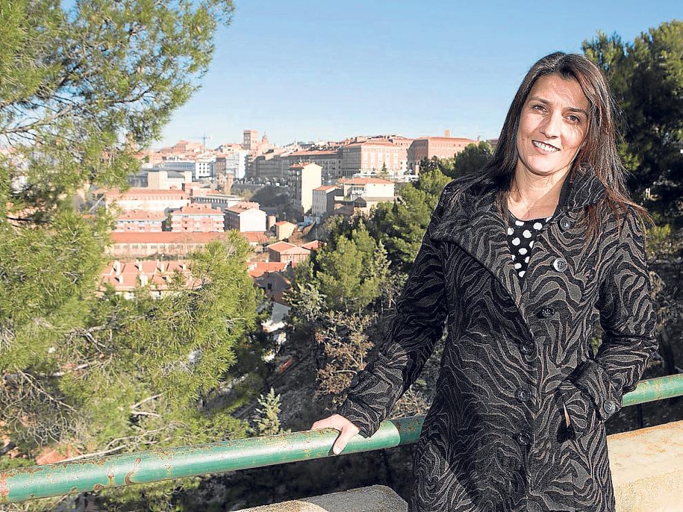 Nomaya Prats, cabeza de lista al Congreso por Teruel por la formación naranja. Al fondo, la ciudad de Teruel.