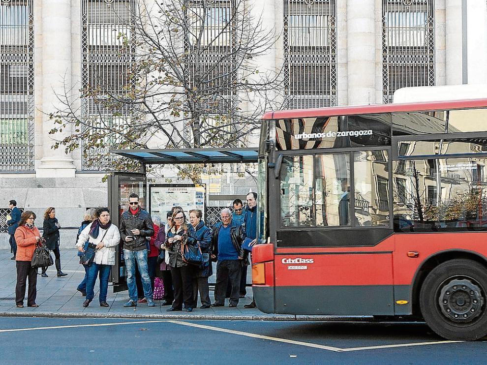 Usuarios de la línea 35 aguardan en la parada de la plaza de España.