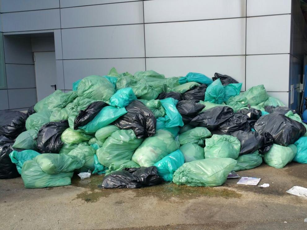 Basura acumulada en la zona industrial del hospital