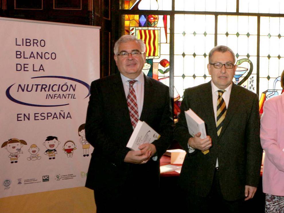 Luis Moreno (segundo por la izquierda), director de la Cátedra Ordesa de Nutrición Infantil e investigador de la Universidad de Zaragoza, durante la presentación del Libro Blanco de la Nutrición Infantil en España.