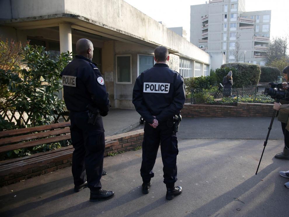 Policías franceses vigilan el centro educativo donde daba clase profesor que denunció la agresión.