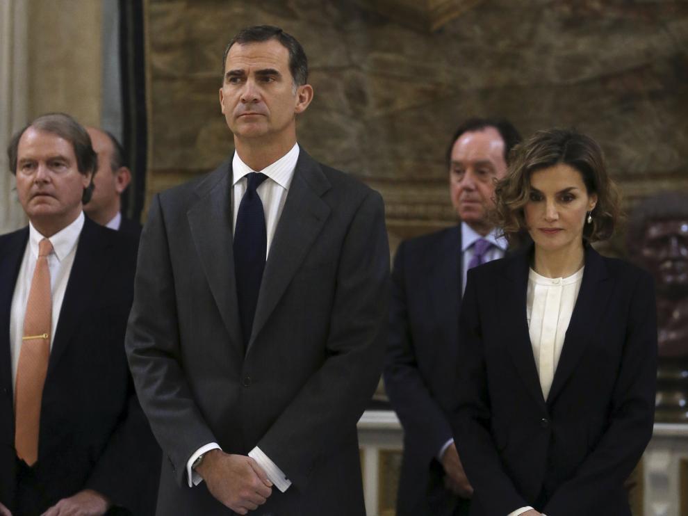 Don Felipe y doña Letizia han rendido tributo a las víctimas del ataque contra la embajada española en Kabul.