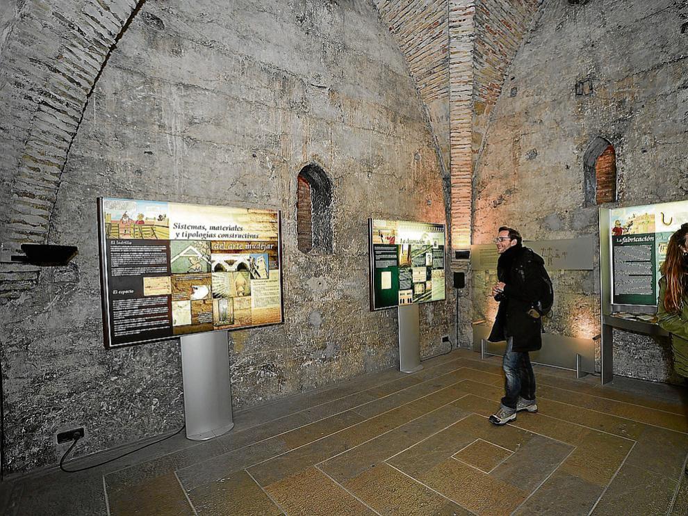 Dos turistas en la torre del Salvador, uno de los espacios incluidos en el proyecto 'Teruel, ciudad museo'.