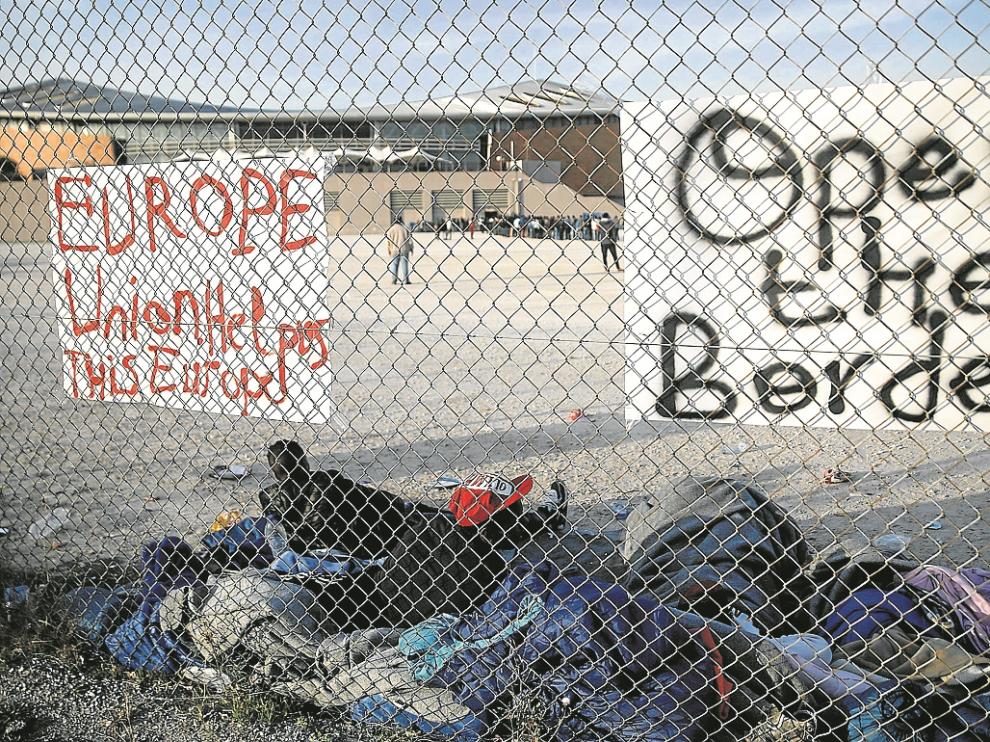 Inmigrantes en la valla entre Macedonia yGrecia piden la apertura de fronteras.