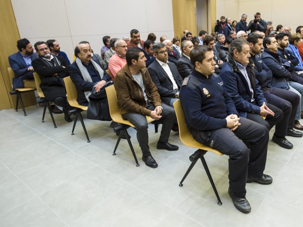 Los cuarenta acusados, ayer, en los momentos iniciales de la primera sesión de la vista oral.