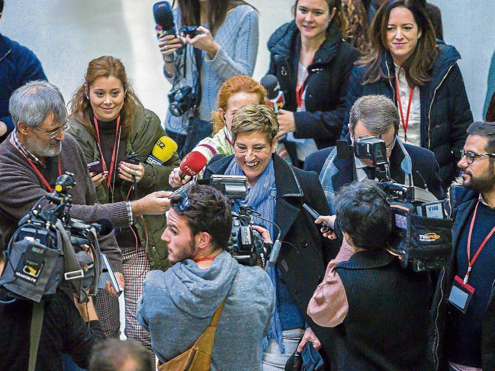 María Victoria Pinilla, rodeada de periodistas, a su llegada ayer a la Ciudad de la Justicia.