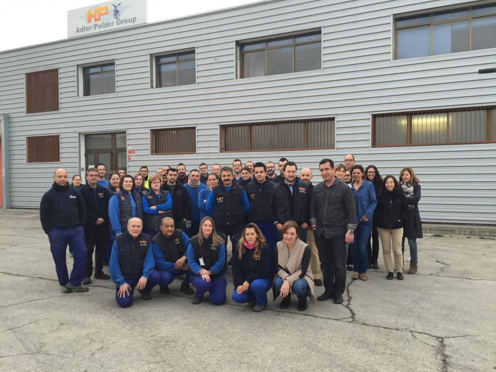 Parte de la plantilla de Insonorizantes Pelzer, en la empresa del polígono Industrial Malpica de Zaragoza.