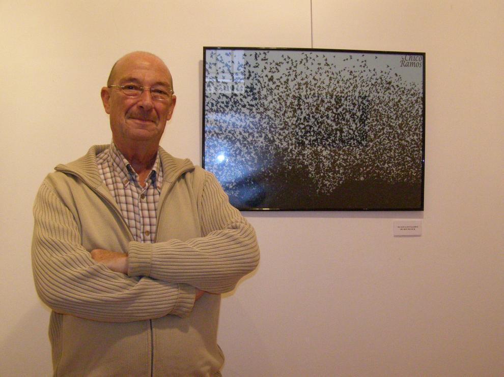 El autor de la muestra posa con una de las imágenes.