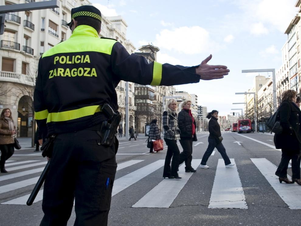 Un policía local regulando el tráfico en Zaragoza.