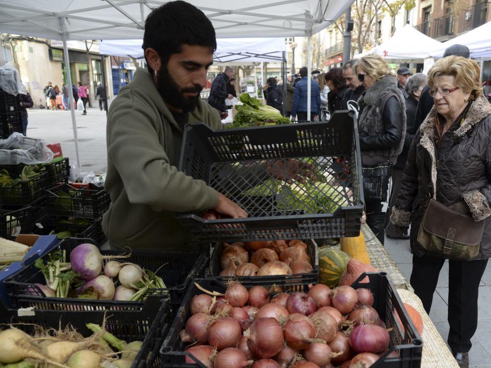 Uno de los productores que participa en el mercado agroecológico de Huesca