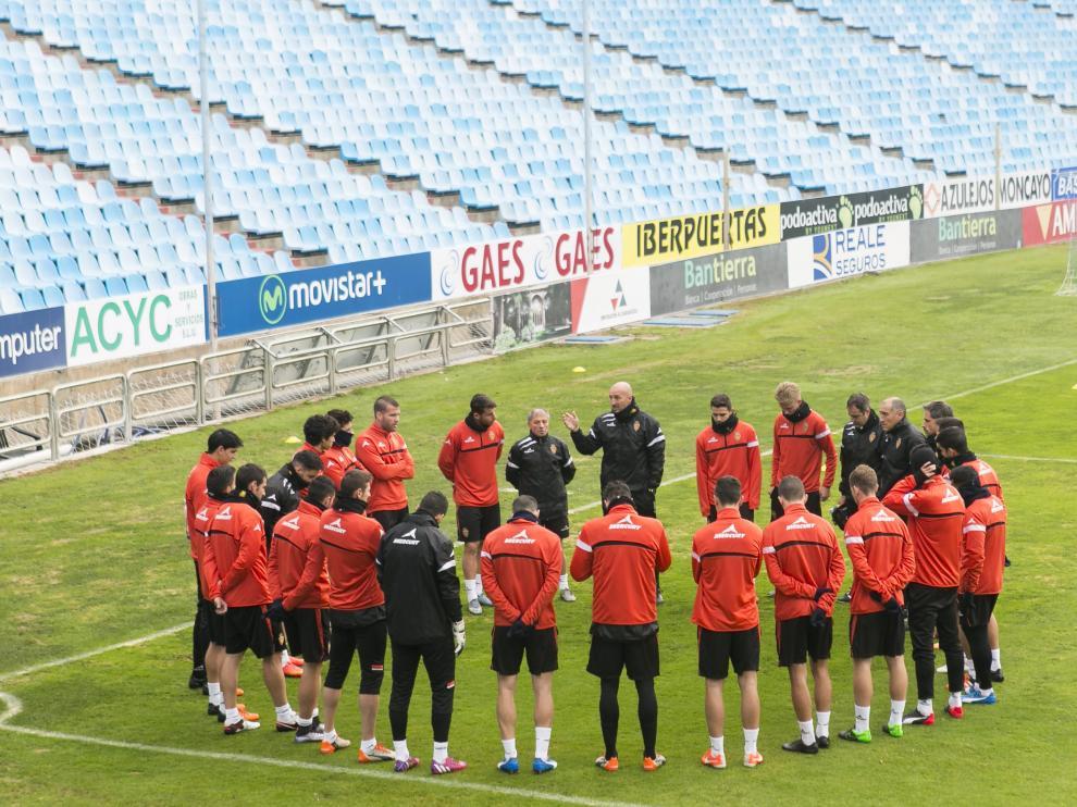 El equipo escucha a Ranko Popovic al inicio del entrenamiento de ayer en La Romareda.