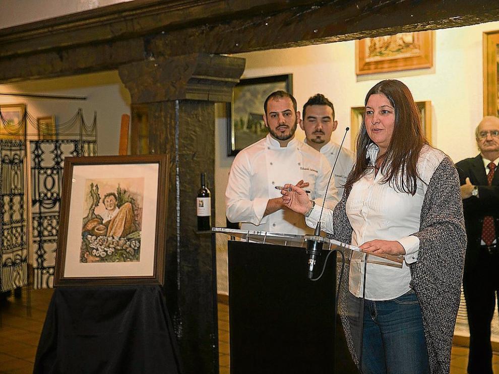 Ana Acín, Eduardo Salanova, Ismael Cano y Ramón Justes –dcha.–, con la imagen de las etiquetas.