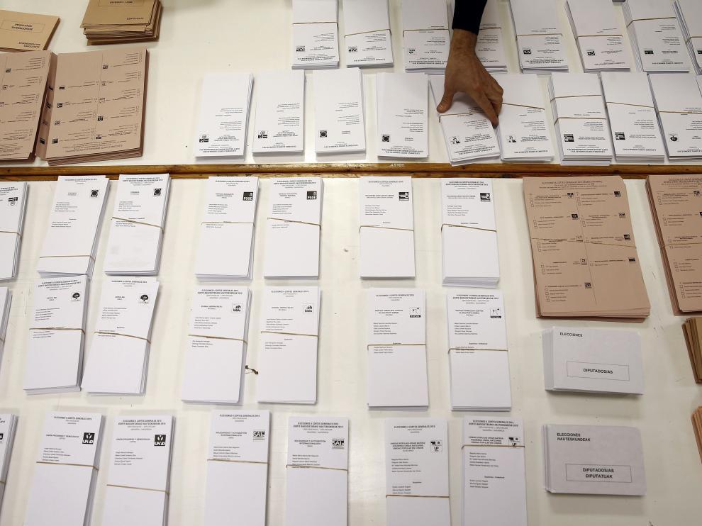 Imagen de archivo de papeletas y sobres electorales.