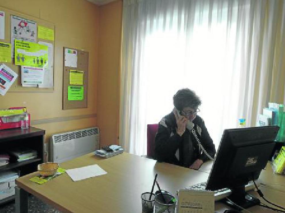 Pilar Gimeno es una de las voluntarias del Teléfono de la Esperanza en Aragón. Han sido muchas Navidades las que ha escuchado las confidencias y pesares. Una compañía para aliviar la soledad.