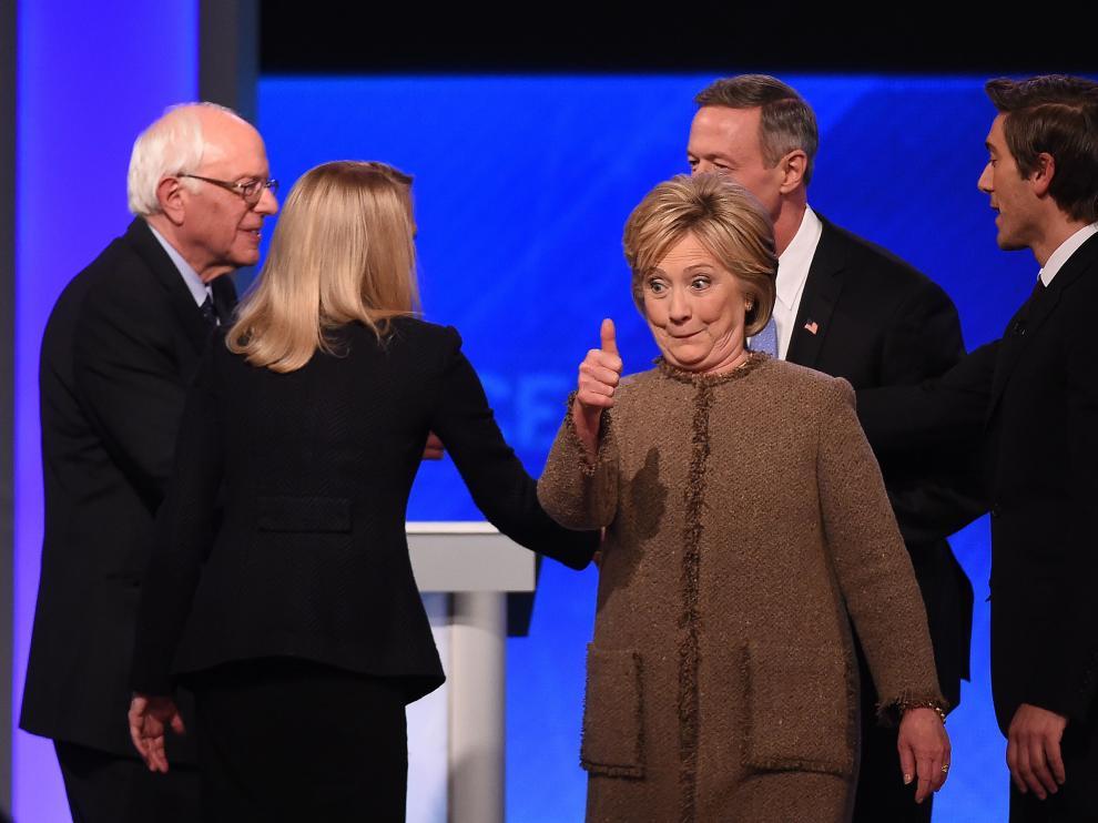 Hillary Clinton saluda al final del debate.