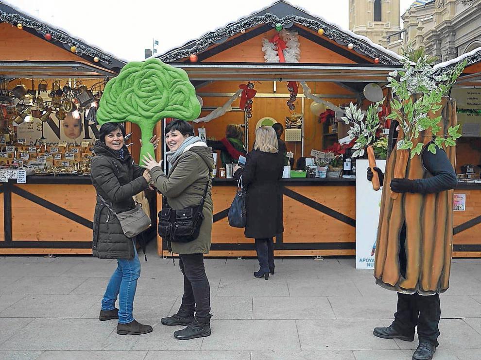 La campaña para captar socios comenzó ayer en la plaza del Pilar, donde Atades tiene una caseta.