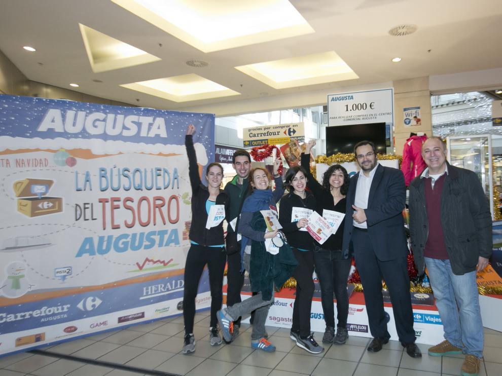 Las ganadoras Laura Gracia y Elena Atrián en el centro junto al director del C. C. Augusta, Antonio Martín Sánchez, y el gerente de Methagestión, Sergio Muñoz.
