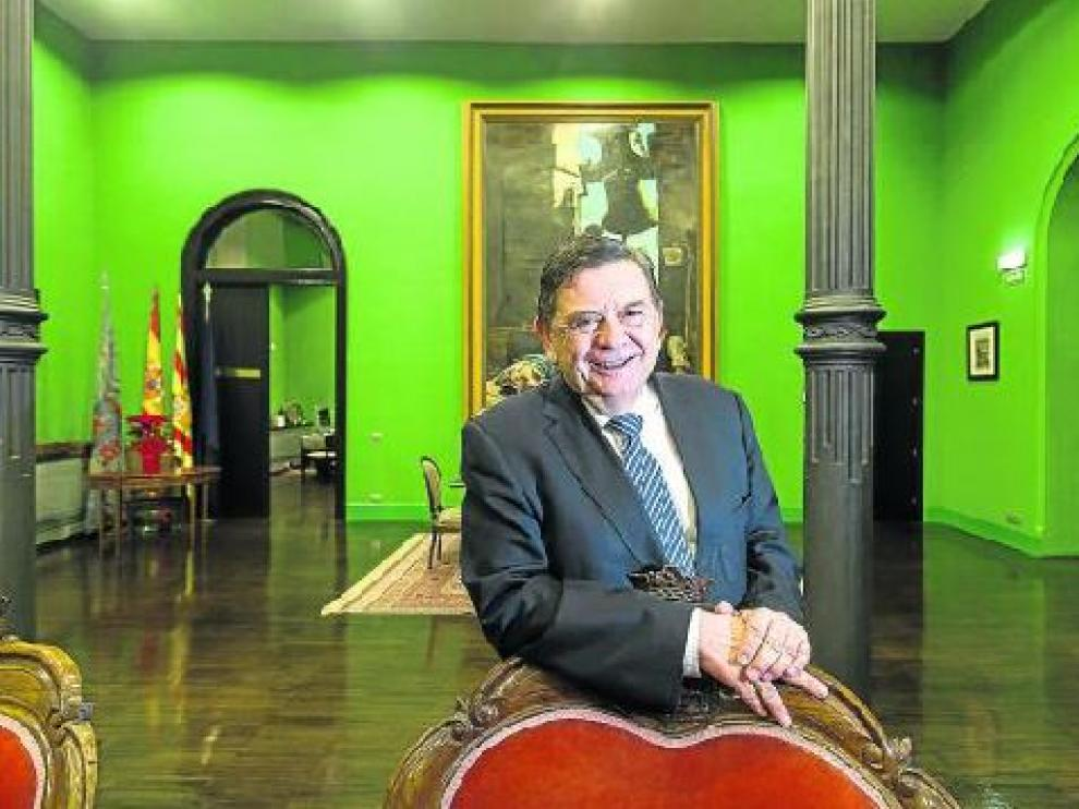 Manuel López, fotografiado en el Rectorado, en el edificio del Paraninfo de Zaragoza.