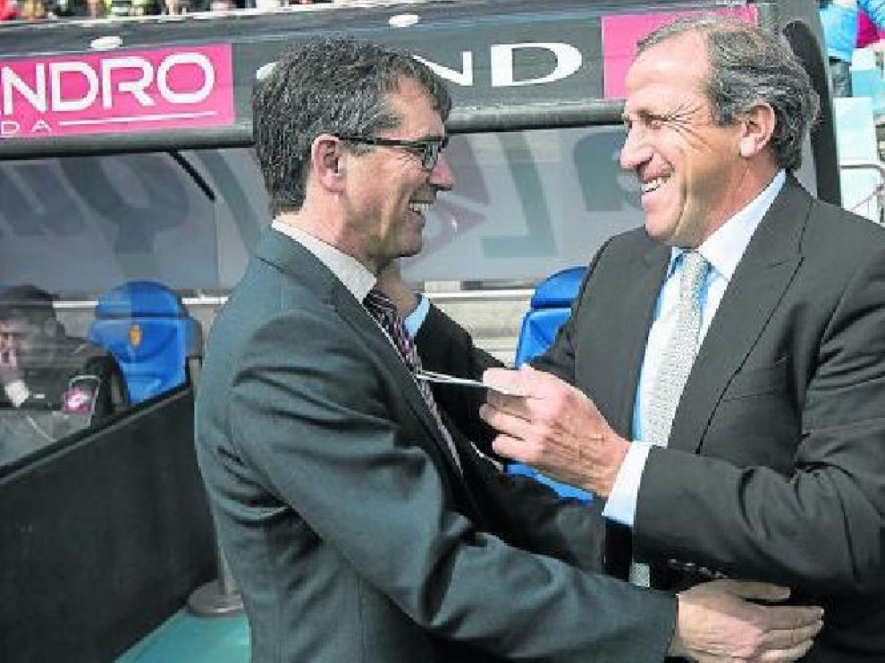 Fernando Vázquez saluda a Víctor Muñoz en su última visita a La Romareda en marzo de 2014.