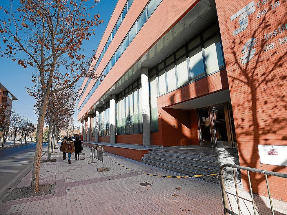 Una de las fachadas del inmueble, con vallas para que los viandantes no se acerquen.