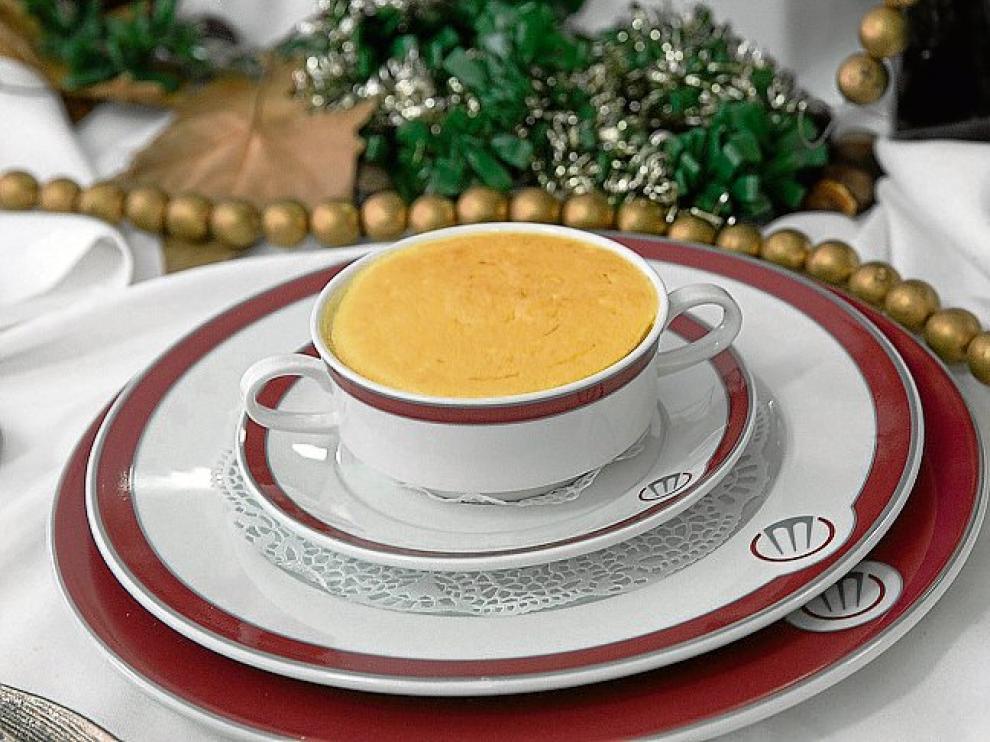 El alioli y la clara de huevo montada y gratinada coronan la sopa.