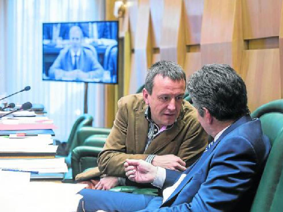 El concejal de Economía, Fernando Rivarés, dialoga con el edil del PSOE Javier Trívez.