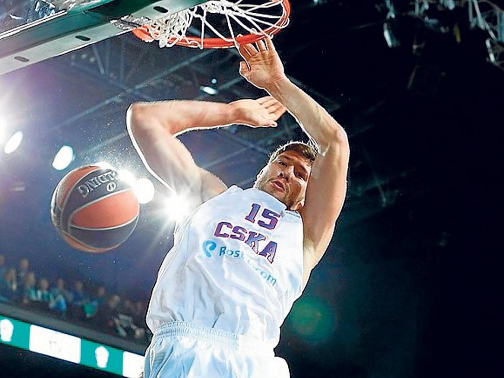 Slava Kravtson machaca el aro, durante el partido de Euroliga entre el CSKA y el Brose Basket.