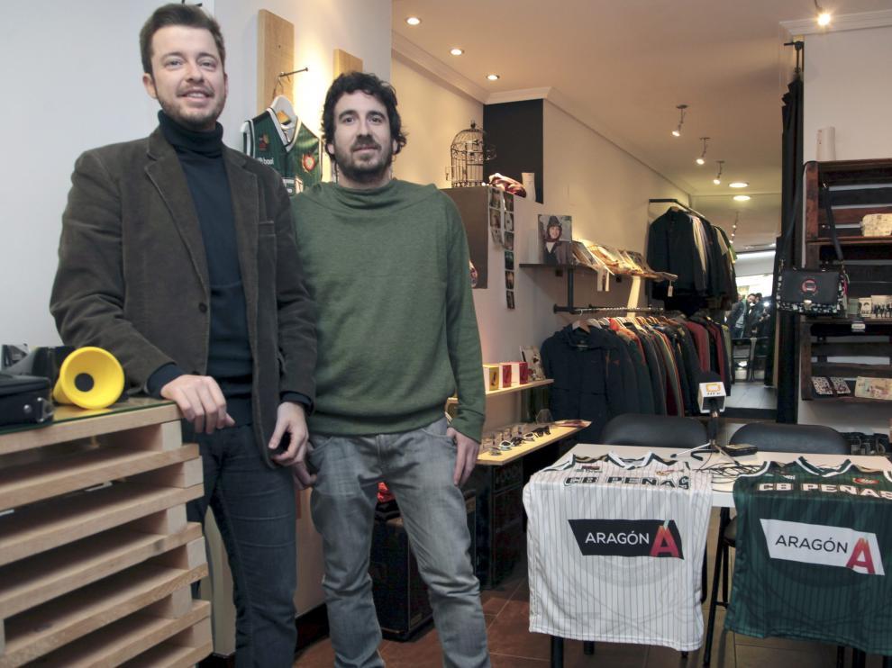 Antonio Orús, presidente del peñas, y Jorge Melero, de la tienda No Until Monday.