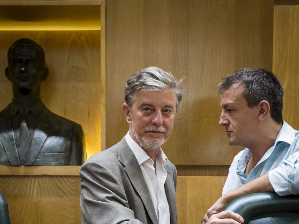 El alcalde, Pedro Santisteve, y el concejal de Economía, Fernando Rivarés, en un pleno.
