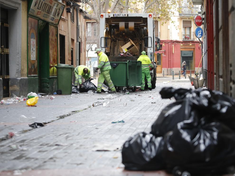 Limpieza tras la fiesta de Nochevieja en Zaragoza