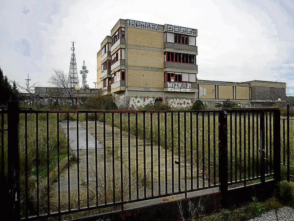 El antiguo colegio, situado junto a los pinares de Venecia, muestra en la actualidad un estado ruinoso.