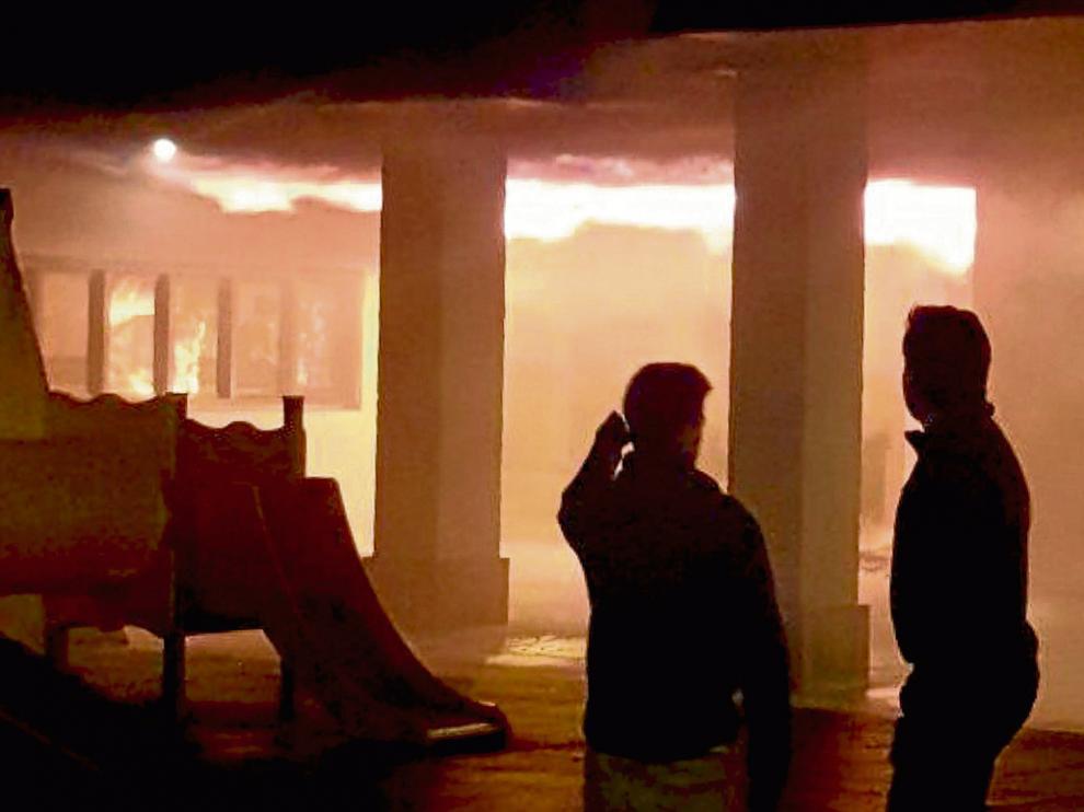 Las llamas alcanzaron grandes proporciones y se extendieron con rapidez por la fachada.