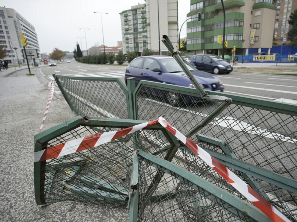 Así ha quedado la valla, tras el impacto del vehículo