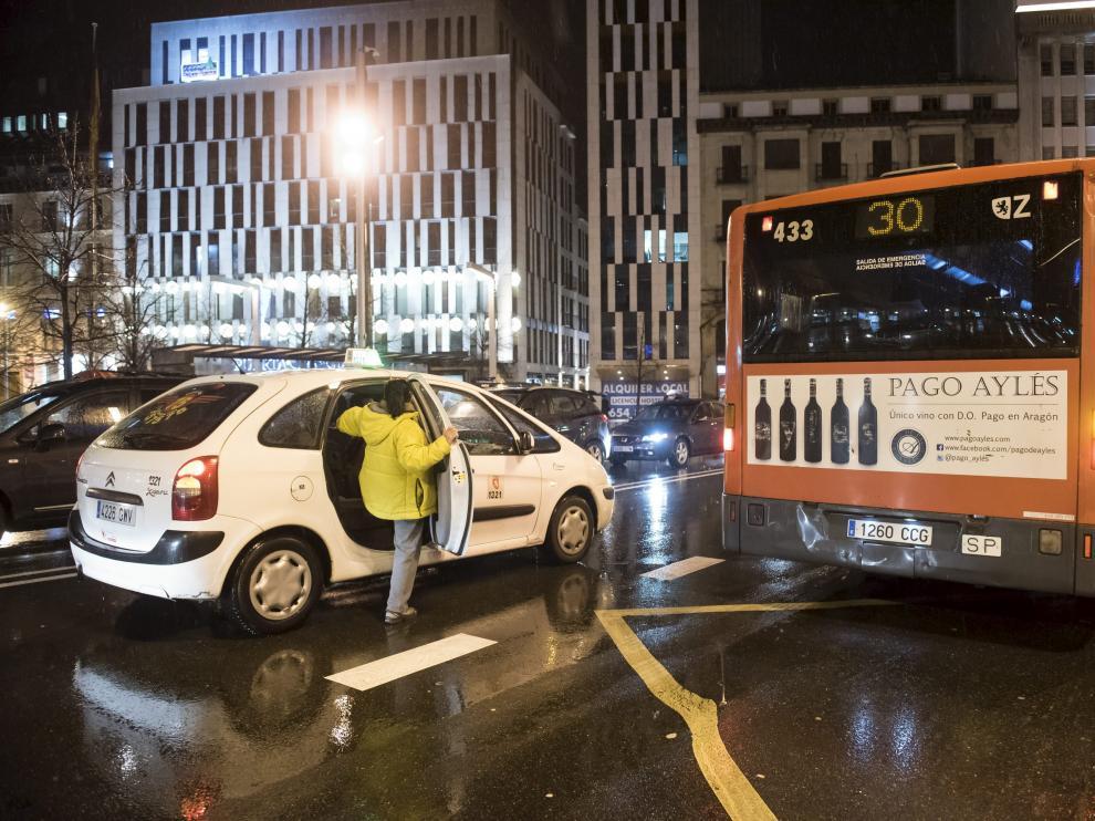 Una cliente sube a un taxi ayer en la parada del autobús de la plaza de España durante las horas de paros vespertinos.