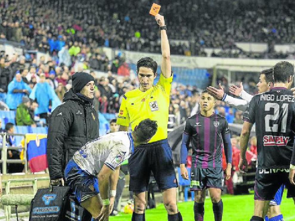 El árbitro andaluz Munuera Montero muestra la tarjeta roja a Ángel en el minuto 44 de partido.