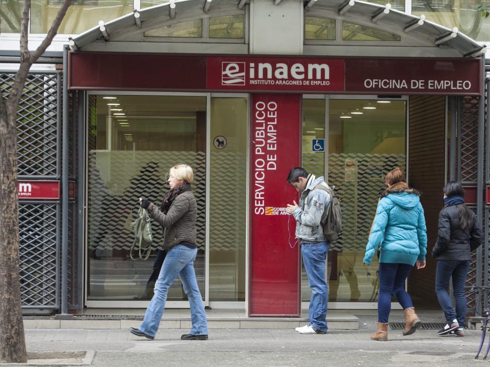 Varias personas, en la puerta de una oficina del Inaem en Zaragoza