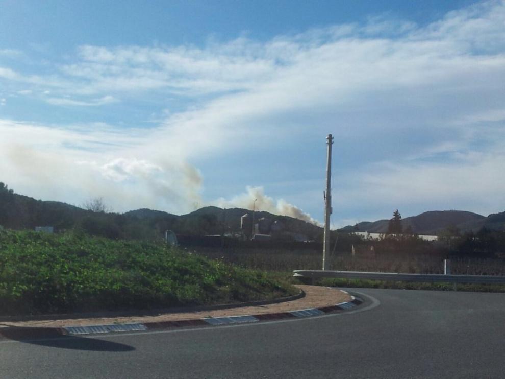 Columna de humo entre Bonastre y Albinyana