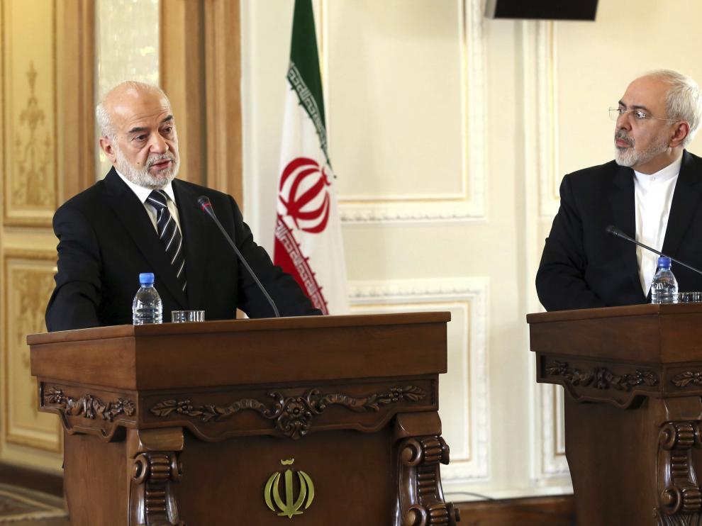 El ministro de Exteriores iraní, Mohamad Javad Zarif (d), y su homólogo iraquí, Ibrahim al Jafari.