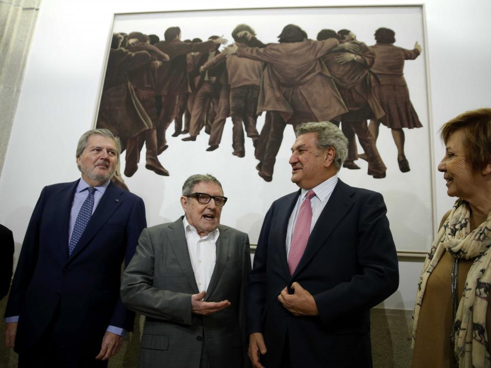 El artista Juan Genovés (2i) conversa con Jesús Posada (2d) junto al ministro de Cultura, Íñigo Méndez de Vigo (i) y la vicepresidenta del Congreso, Celia Villalobos.