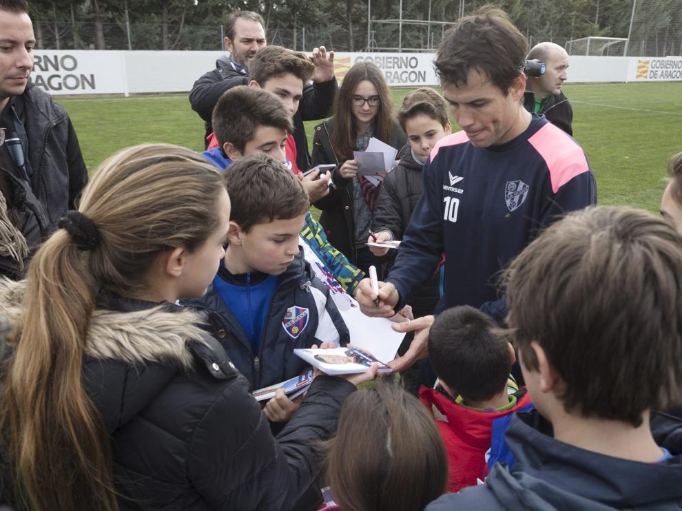 El capitán, Juanjo Camacho, firma autógrafos a un grupo de niños tras el entrenamiento.